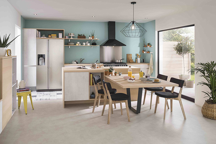 Cuisine Cooking Louise avec îlot ambiance végétal, bois et effet béton
