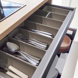 Cuisine blanche avec aménagement de tiroir