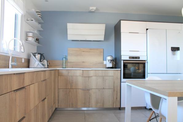 Espace cuisson équipé d'une hotte au mur