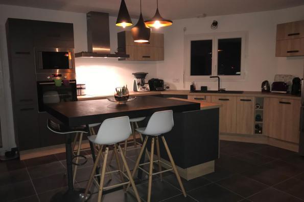 Grande cuisine grise et bois fonctionnelle