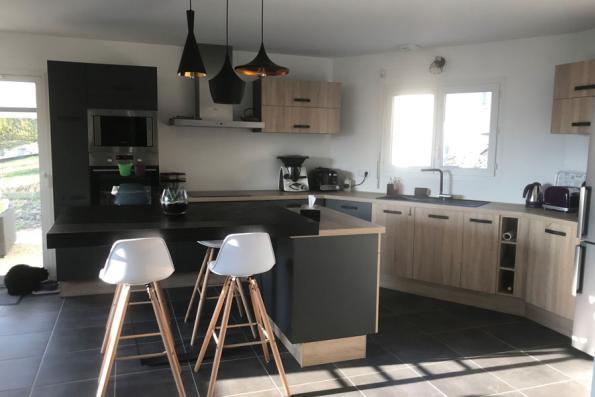 Grande cuisine grise et bois parfaitement optimisée