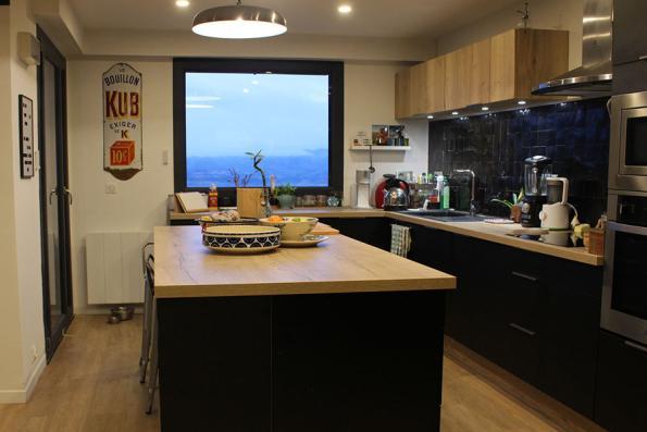 cuisine avec grand îlot multifonctionnel effet bois