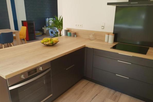 Electro dissimulé dans la cuisine noire et bois