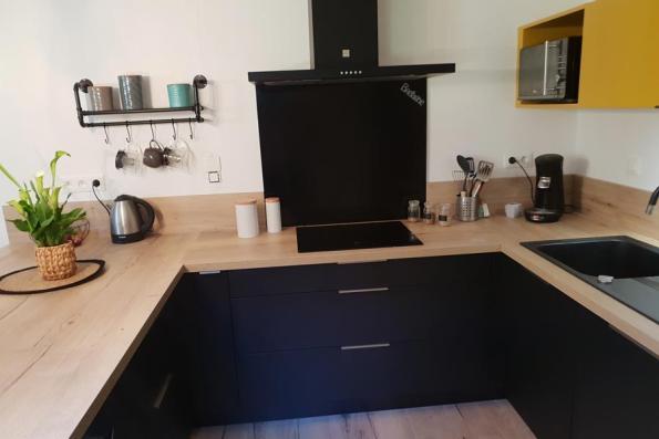 Plaque et hotte de la cuisine noire et bois