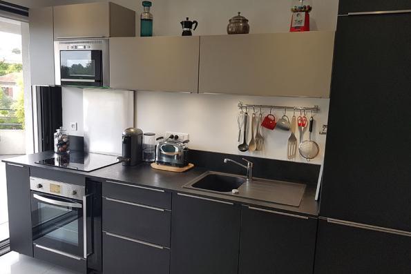 Meubles de la cuisine grise et noire