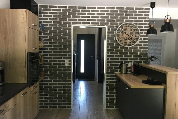Mur en brique de la cuisine noire et bois