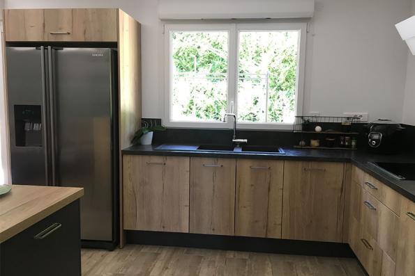 Evier de la cuisine noire et bois