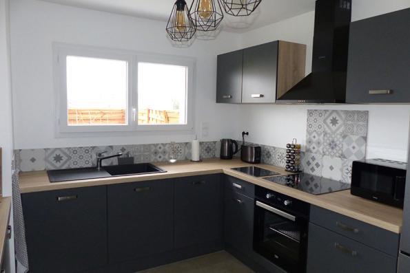 Meubles de la cuisine grise avec verrière