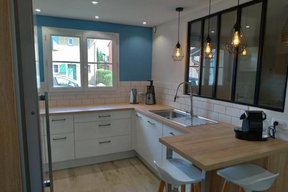 Meubles de la cuisine blanche et bois