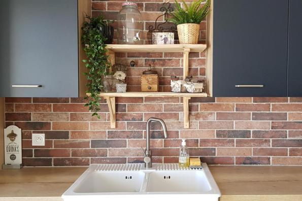 Cuisine indus avec étagères déco et mur de briques