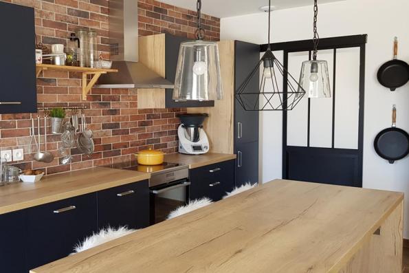 cuisine équipée noir et bois avec verrière