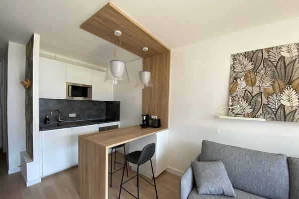Une petite cuisine blanche et bois