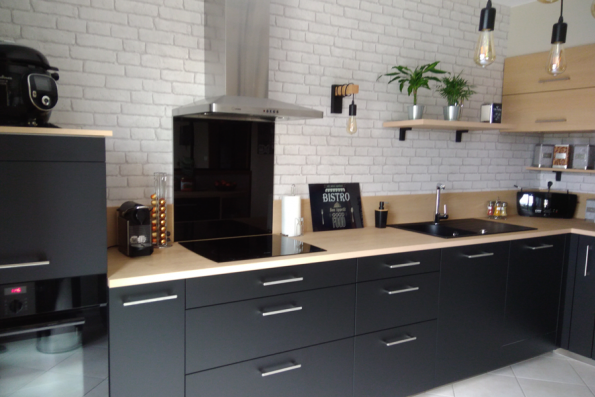 Cuisine industrielle noire et bois avec étagère en bois