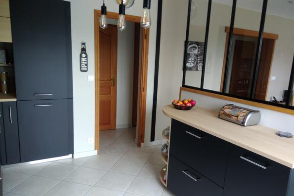 Cuisine industrielle avec verrière et son meuble aux niches arrondies