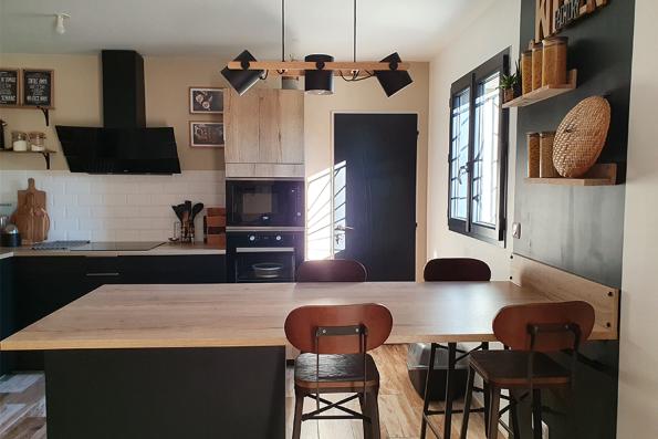 Cuisine industrielle noire et bois avec verrière
