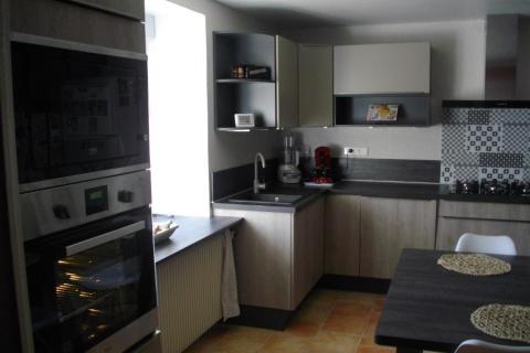 Cuisine bois et gris, une cuisine réalisée par SoCoo'c Charleville