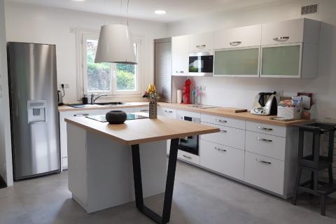 La cuisine blanche et bois avec îlot de Mr et Mme V