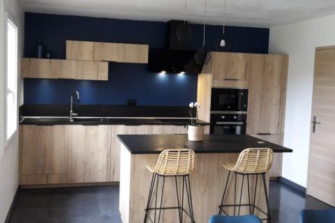 Cuisine en bois et mur bleu nuit