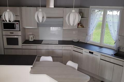 Une cuisine aspect bois ultra moderne, une cuisine réalisée par SoCoo'c Saintes