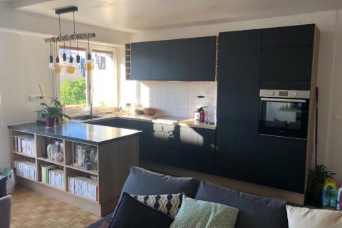La cuisine noire et bois d'Audrey et Guillaume