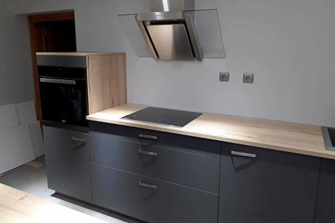La cuisine grise et bois d'Anne et Christophe, une cuisine réalisée par SoCoo'c Maubeuge