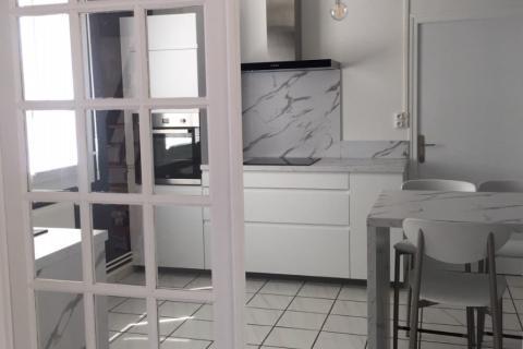La cuisine blanche de Mme E., une cuisine réalisée par SoCoo'c Pau