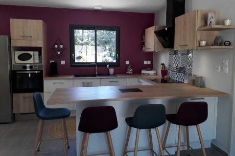 Une cuisine blanche et bois