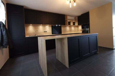 La cuisine noire et bois de Vincent et Fabienne, une cuisine réalisée par SoCoo'c Ste Geneviève des Bois