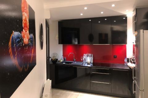 La cuisine en L noir brillant et rouge de Caroline
