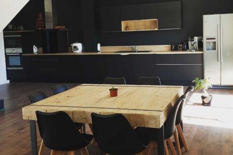 Une cuisine noire et bois , une cuisine réalisée par SoCoo'c Montpellier Lattes