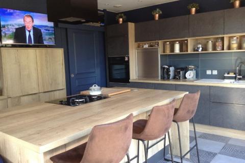 La cuisine avec îlot de Mr et Mme C, une cuisine réalisée par SoCoo'c Lille Englos