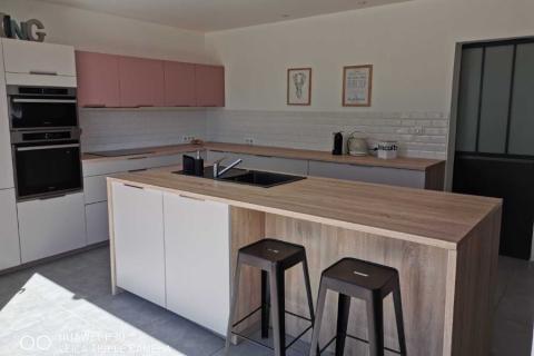 Une cuisine blanche, bois et rose