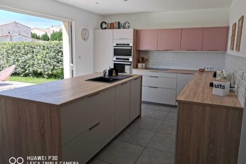 Une cuisine blanche, bois et rose, une cuisine réalisée par SoCoo'c Avignon Vedene