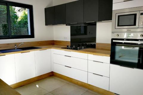 Cuisine blanc, bois et noir : mélange des couleurs !, une cuisine réalisée par SoCoo'c Evreux