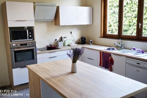 Une cuisine blanche et bois sobre et fonctionnelle, une cuisine réalisée par SoCoo'c Lille Villeneuve d'Ascq