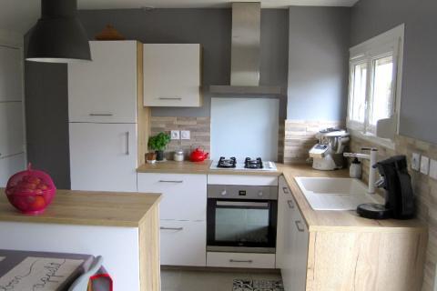 Cuisine blanche et bois avec îlot, une cuisine réalisée par SoCoo'c Dijon Quetigny