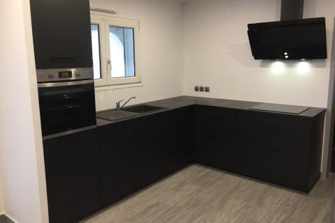 Une cuisine entièrement noire