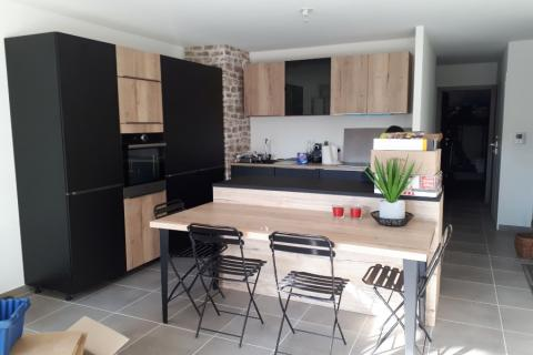 La cuisine noire et bois de Mme et Mr M., une cuisine réalisée par SoCoo'c Annecy
