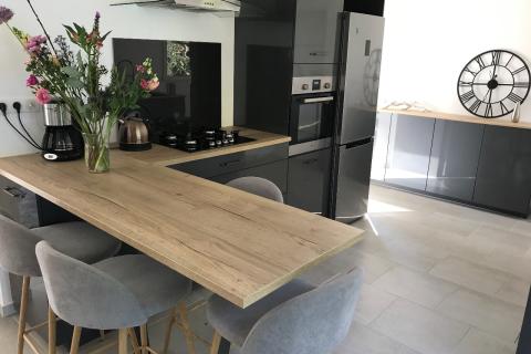 Cuisine moderne grise et bois, une cuisine réalisée par SoCoo'c Dieppe