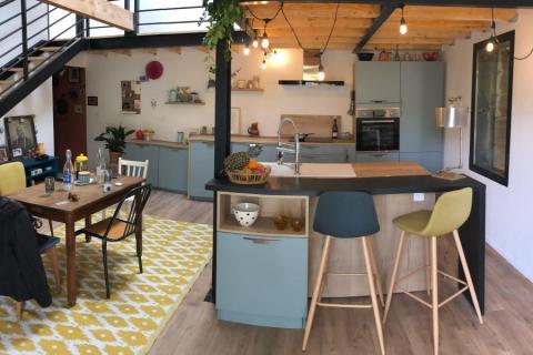 Une cuisine bleu et bois