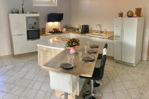 La cuisine blanche avec îlot de M. et Mme V. !