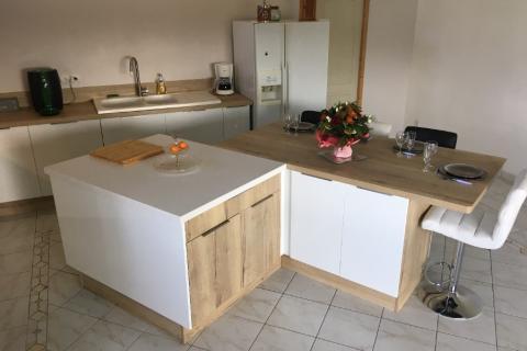 La cuisine blanche avec îlot de M. et Mme V. !, une cuisine réalisée par SoCoo'c Angoulême Soyaux