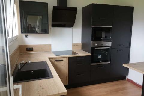 Une cuisine noire et bois