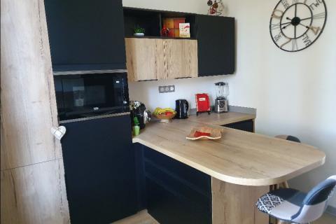 Cuisine noire et bois avant / après, une cuisine réalisée par SoCoo'c Alès