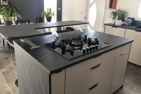 Cuisine beige et plan de travail noir, une cuisine réalisée par SoCoo'c Rouen Tourville