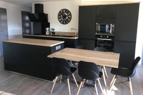 Une cuisine noire et bois de caractère