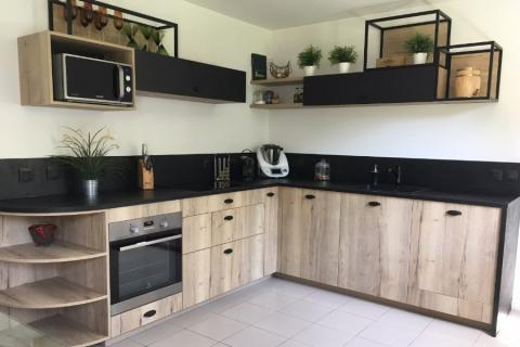 Cuisine noire et bois ambiance indus, une cuisine réalisée par SoCoo'c Mantes Buchelay
