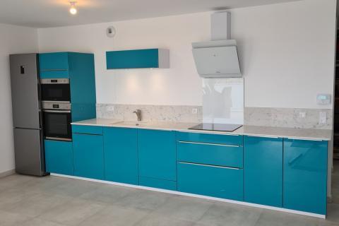 Cuisine linéaire bleu lagune et Quartz blanc de Mr W., une cuisine réalisée par SoCoo'c La Seyne Six-Fours