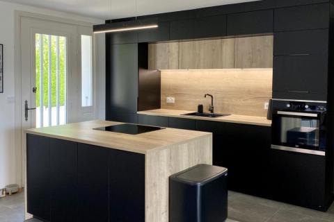 Cuisine noire et bois avec ilot, une cuisine réalisée par SoCoo'c Annecy