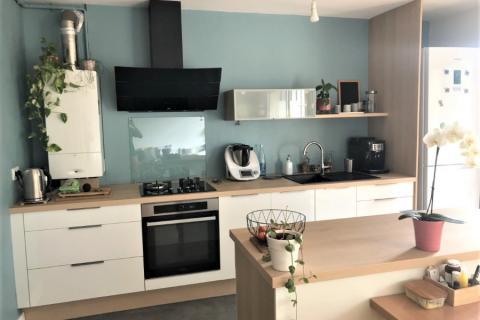 Cuisine blanc coco brillant et chêne de fil, une cuisine réalisée par SoCoo'c Chambéry